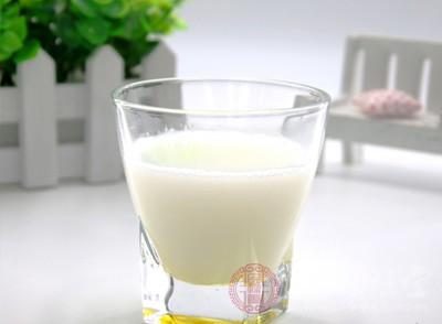 注意经常吃富含钙和维生素D的食物,如奶类