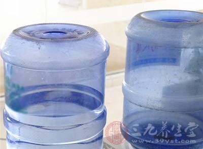 湖南岳阳君山区局捣毁一冒牌桶装水生产窝点