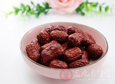 桂圆往往和红枣、花生、红参等补气血的药物同时煮食