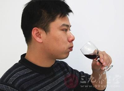 过量饮酒及食用大量辛辣刺激性食物可加重前列腺炎症状,进而诱发附睾炎