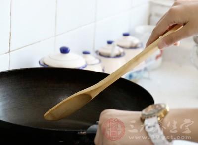 深圳一餐馆店员竟然用扫帚洗地后再刷锅