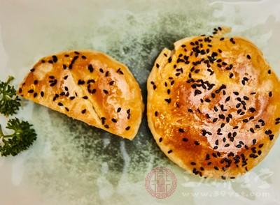 """浏阳市永安镇三味斋食品厂老板龚文斌因在其生产的""""老婆饼""""等糕点中使用国家明令禁用的""""霉克星"""""""