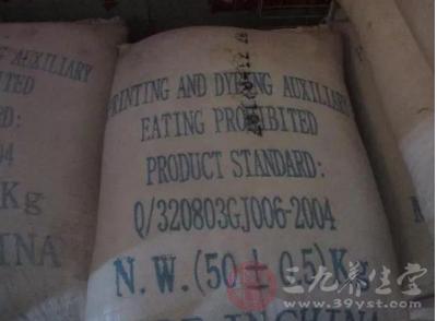 即墨食药局执法人员捣毁一处使用非食用盐加工食品的小作坊