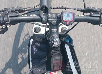 任何人都可以学会骑自行车,但骑自行车时,一定要多加注意