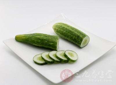 黄瓜:性寒、味甘,含戊糖、维生素B1、维生素B2、烟酸、蛋白质