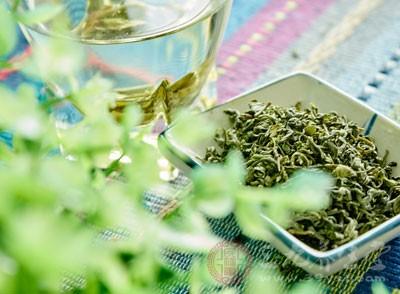 在冬季的时候养成喝茶的习惯可以帮助我们的精神思维记忆力方面有很深的提高