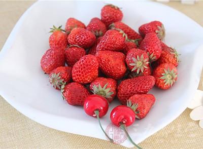 """减掉腰部的""""救生圈""""草莓最厉害,这要归功于草莓中含有的一种叫""""天冬氨酸""""的神奇物质"""