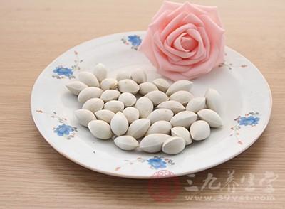 吃白果虽然对身体有很多的好处,但是如果过量的食用白果的话,却可能会引起食物中毒的现象发生