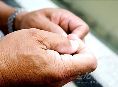 老人手抖的原因有哪些 如何治疗老人手抖