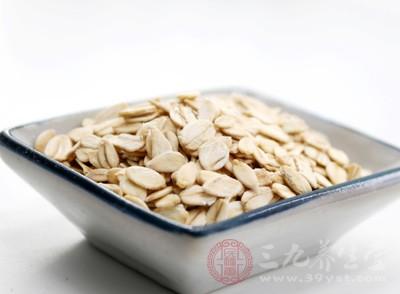 燕麦中混入1/4杯切碎的嫩菠菜