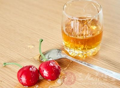 韭菜辛温而热,当中含大蒜辣素和硫化物,这和蜂蜜的食物药性相反