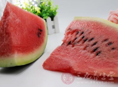 西瓜饱含水分与果糖、各种维生素、矿物质及胺基酸