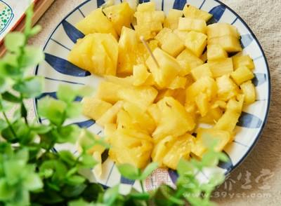 菠萝含有大量的葡萄糖、果糖、柠檬酸、维生素