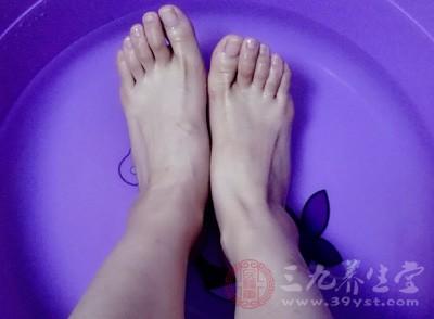 泡脚时在水中加入生姜或肉桂精油