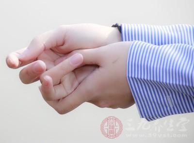 揉手心时一手握拳