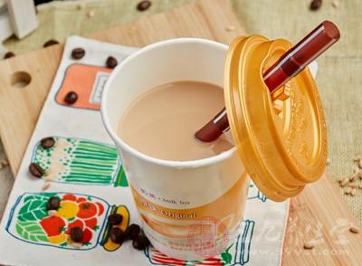 喝奶茶竟发现死蟑螂 食品安全问题怎么解决