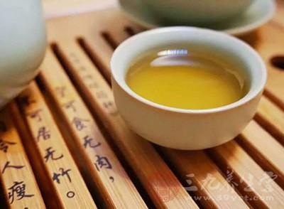 茶叶中含有大量鞣酸,鞣酸可以与食物中的铁元素发生反应