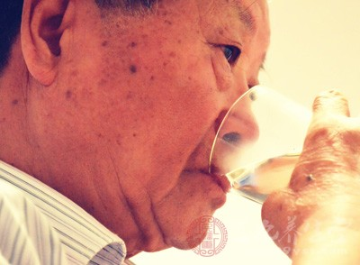 空腹喝水的好处 空腹喝水要注意什么