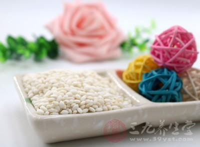 在江南水乡,有冬至之夜全家欢聚一堂共吃赤豆糯米饭的习俗
