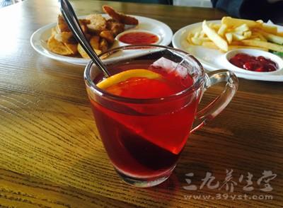 红茶中含有丰富的酸素,该元素可阻止毛细血管出血