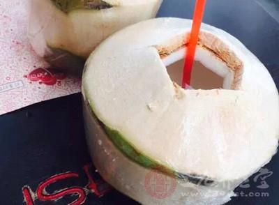 椰子水含有可促进细胞生长发育的激素