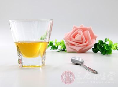 可以用干净的棉签往嘴唇上涂抹一些家庭里都有的植物油或者是蜂蜜