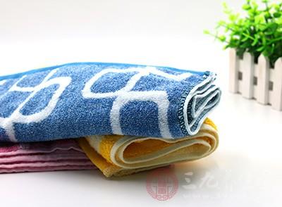 用毛巾擦拭即可,防止汗腺不能正常排泄
