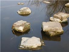 散落在湖中的大石头