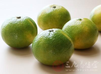 在吃饭的时候我们难免会吃一些比较油腻的食物,或者是过度喝酒,影响食欲,橘子酸甜可口,是饭前开胃的佳水果
