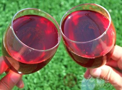 红酒中含有较多的抗氧化剂,如酚化物、鞣酸、黄酮类物质