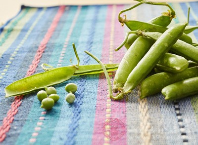 在豌豆荚和豆苗的嫩叶中富含维生素C和能分解体内亚硝胺的酶,可以分解亚硝胺,具有抗癌防癌的作用
