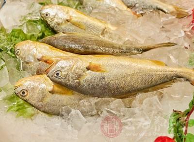 抽检中,还有2批次不合格食品来自安庆大润发商业有限公司,分别为1批次冰鲜黄鱼(生产日期/批号:2017/10/30),