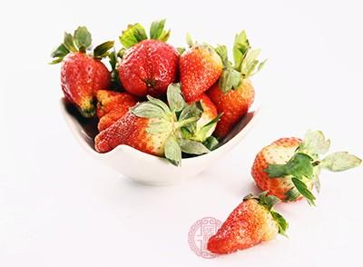 饭后吃一些草莓,可分解食物脂肪,有利消化