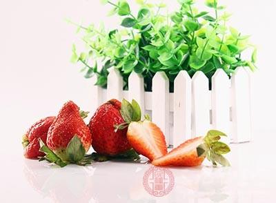 草莓本身就属于凉性水果,吃了之后有润肠通道的作用