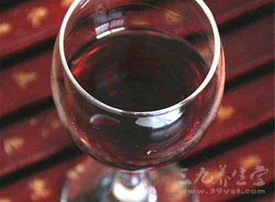 葡萄酒独有的含聚酚等有机化合物,使葡萄酒具有降低血脂、抑制坏的胆固醇