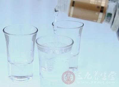 夜晚服用少量的白酒,可平缓的促进血液循环,起到催眠作用