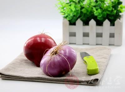 洋葱含有前列腺素A,可以扩张血管、降低血液黏度
