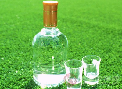 注意尽量的少喝酒,过量的饮酒容易诱发肾结石