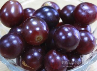 减肥可以吃葡萄的,女性每天食用十来颗含有大量维生素的新鲜葡萄