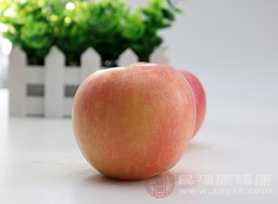 减肥的朋友们可以适量的减少饭食,吃一些苹果,苹果富含果胶