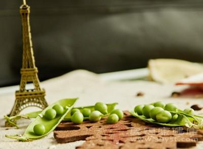 下豌豆煮熟,捞出备用