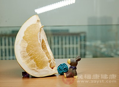 柚子的果肉性寒,还有清热的作用