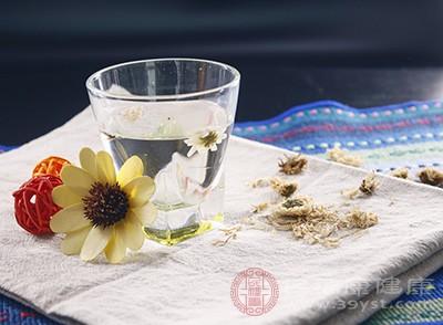 枸杞子+菊花:用热水冲泡饮用