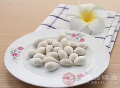 首先要将准备好的白果仁25克烘脆,然后研成粉状,把鸡油熬熟,面粉炒黄,黑芝麻炒香捣烂