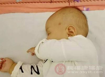 没想到宝宝张口睡觉会变丑 该咋办呢