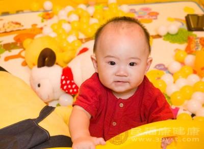 宝宝4个月可以吃配资平台辅食 宝宝发烧应该这样做