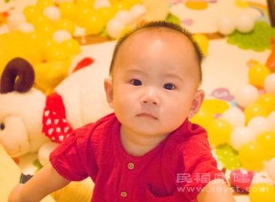 一个月的宝宝吃多少毫升的奶粉 宝宝发烧这么做