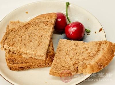 保质期内面包出现霉点 7岁女孩食用后上吐下泻