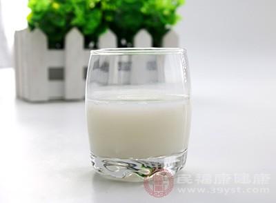 、睡前喝牛奶有利于人体对钙的吸收利用