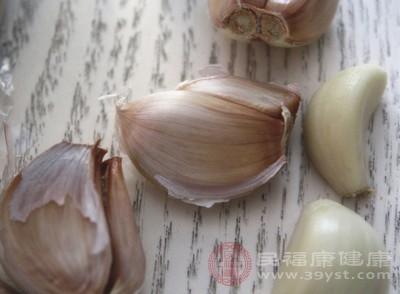 而大蒜,如果想吃蒜香味食物,可以先将蒜片爆香